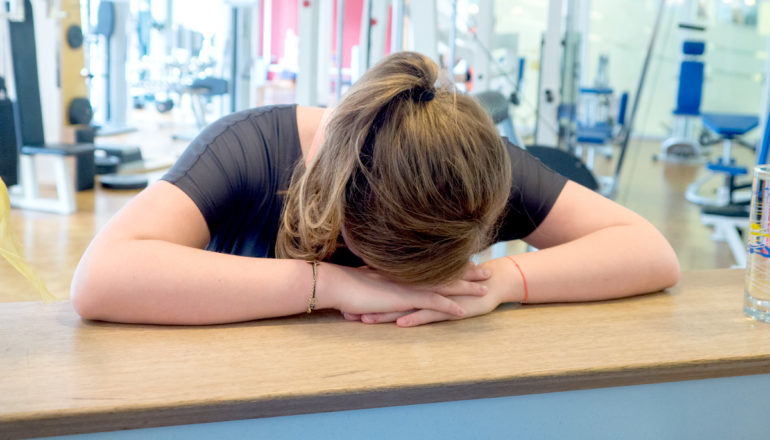 Erschöpfung, Krank trotz Sport, Frau, Fitnessstudio