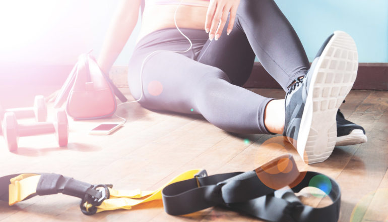 Ausdauer zu Hause trainieren, Frau macht Sport, Ausdauertraining