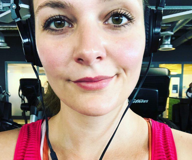 Frau, Kopfhörer, Crosstrainer