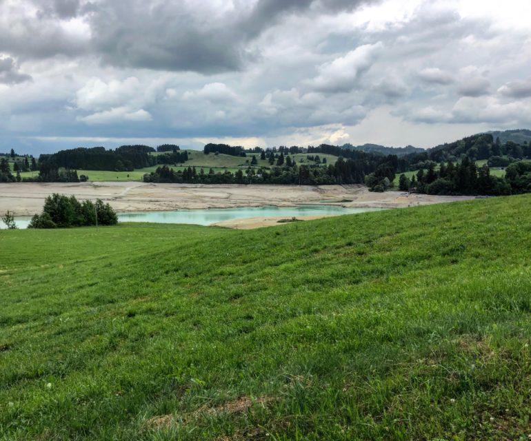 Das Wasser, das bei Dietringen noch im Forggensee zu sehen ist, gehört zum Lech und fließt Richtung Staudamm. © www.ichmachdannmalsport.de/Nina-Carissima Schönrock