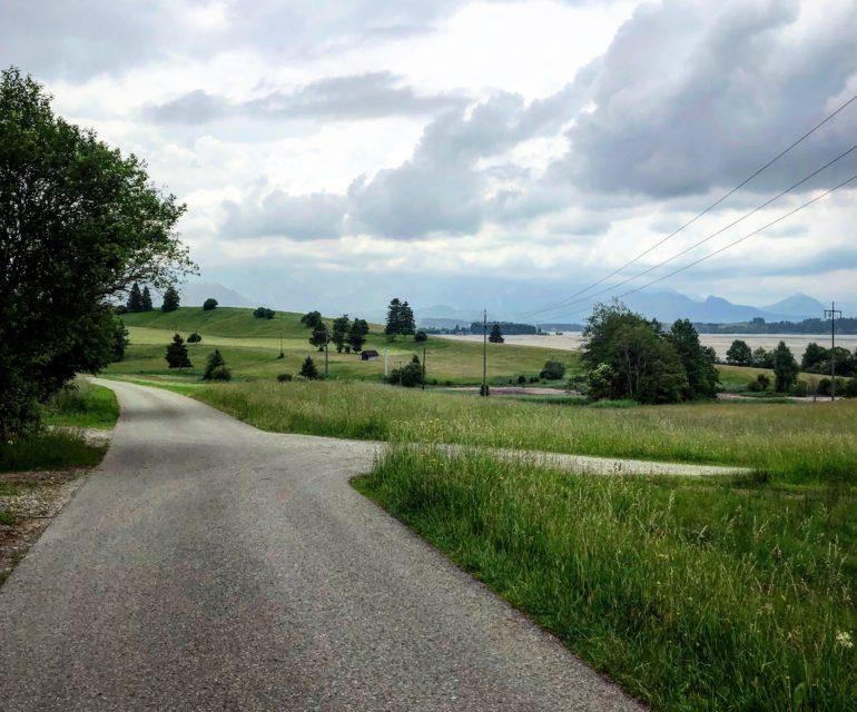 Bei Greith am Forggensee geht's mal ordentlich bergauf. Dadurch wird der Rundweg um den See zu einer echten Herausforderung für Freizeitkuschelradfahrer wie mich. © www.ichmachdannmalsport.de/Nina-Carissima Schönrock