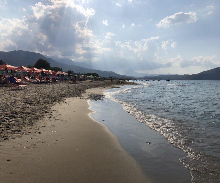 Startpunkt Sandy Beach in Kourna mit Blick auf Georgioupoli. © www.ichmachdannmalsport.de/Nina-Carissima Schönrock