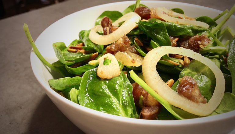 Mein Salat aus Spinat mit Datteln und Mandeln. ©Nina-Carissima Schönrock/ichmachdannmalsport.de