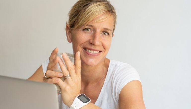 Birgit Engert, Ernährungsexpertin, Frau trinkt Kaffee, Essstörung