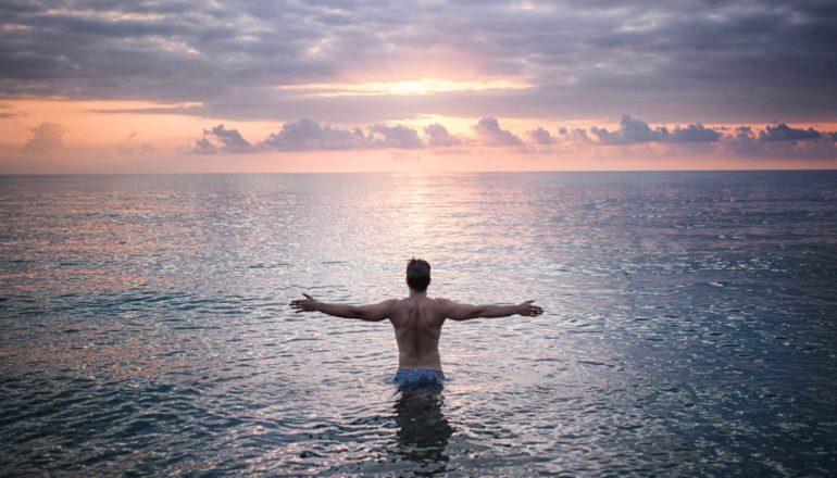 Wim-Hof-Methode Fazit, Mann im See, Mann beim Baden, Sonnenuntergang